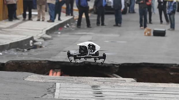 Eine Drohne fliegt über die Stelle, an der die Humboldt-Straße in Mexiko-Stadt abgesackt ist