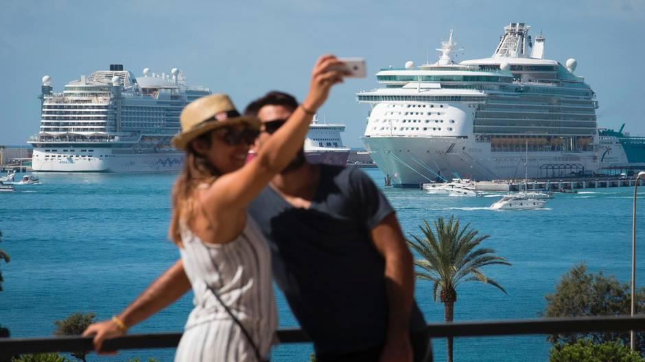 Im Hafen von Palma de Mallorca: Ab 2018 werden auch Kreuzfahrtgäste zur Kasse gebeten.