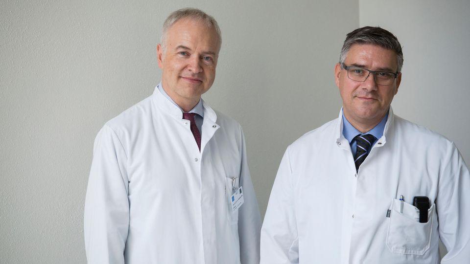 Chefarzt Pompiliu Piso (l.) und Oberarzt Hubert Leebmann, Chirurgen aus Regensburg