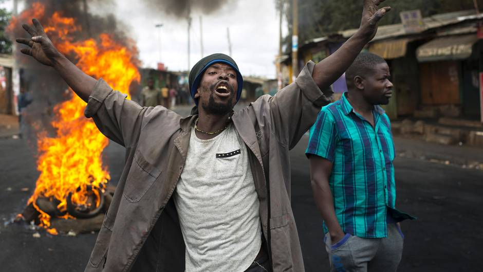 Anhänger des kenianischen Oppositionsführers Odinga demonstrieren