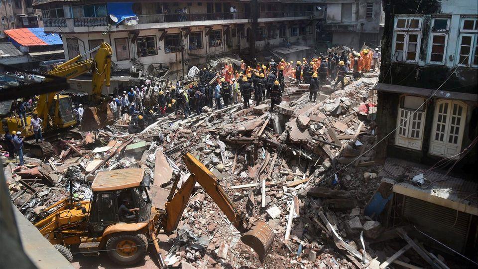 Monsunzeit in Indien: Einsatzkräfte an einem eingestürzten Gebäude