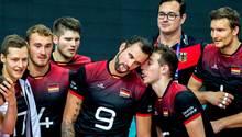 Die deutschen Volleyball-Männer um Georg Grozer (m.)