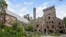 Feldsteine und ein wuchtiger Wohnturm prägen die Burg.