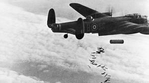 Hier wirft ein Bomber vom Typ Avro Lancaster einen Mix von Stab-Brandbomben und einen HC 4000 Blockbuster ab.
