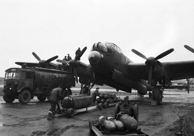 Dieser Lancaster wird mit einer HC 4000 und Sprengbomben beladen.