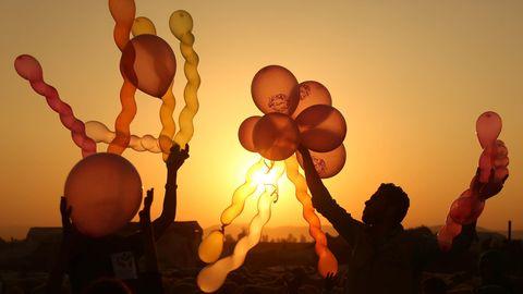 Damaskus, Syrien. In dem von Rebellen gehaltenen Damaszener Vorort Douma sind Momente der Ruhe selten. Dies hier ist so einer: Ein Syrer spielt am dritten Tag des islamischen Opferfests mit Ballons für die Kinder.