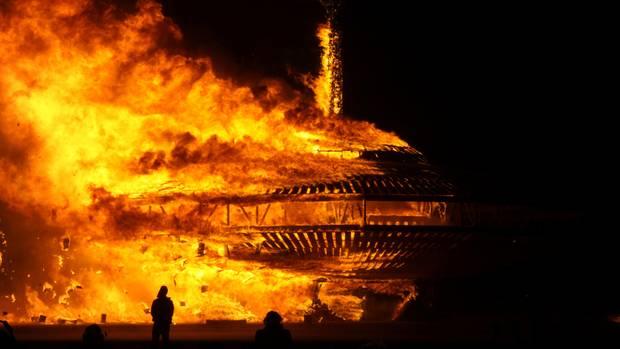 """Höhepunkt des """"Burning Man""""-Festivals: Wie hier im Jahr 2013 wird eine gewaltige Holzskulptur verbrannt"""