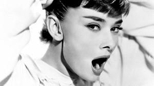 """Gähnen: Schauspielerin Audrey Hepburn gähnt im Film """"Roman Holiday"""", 1953."""