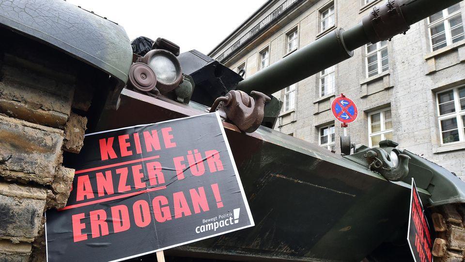 """""""Keine Panzer für Erdogan"""" steht auf einem Schild vor einem Leopard-Panzer in Berlin"""