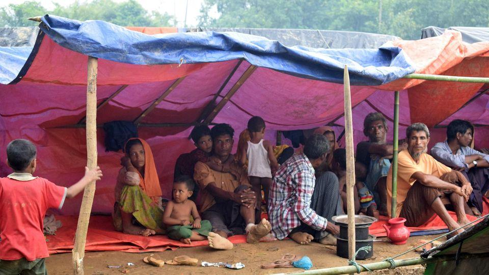 Die in Myanmar verfolgten Rohingya fliehen zu Zehntausenden nach Bangladesch