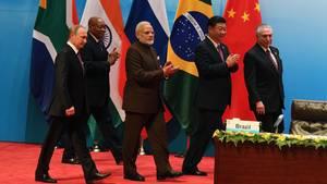 Brics-Staaten verurteilen Nordkorea: Die fünf Staatschefs der Brics-Länder gehen zu ihren Plätzen beim Gipfel in Xiamen