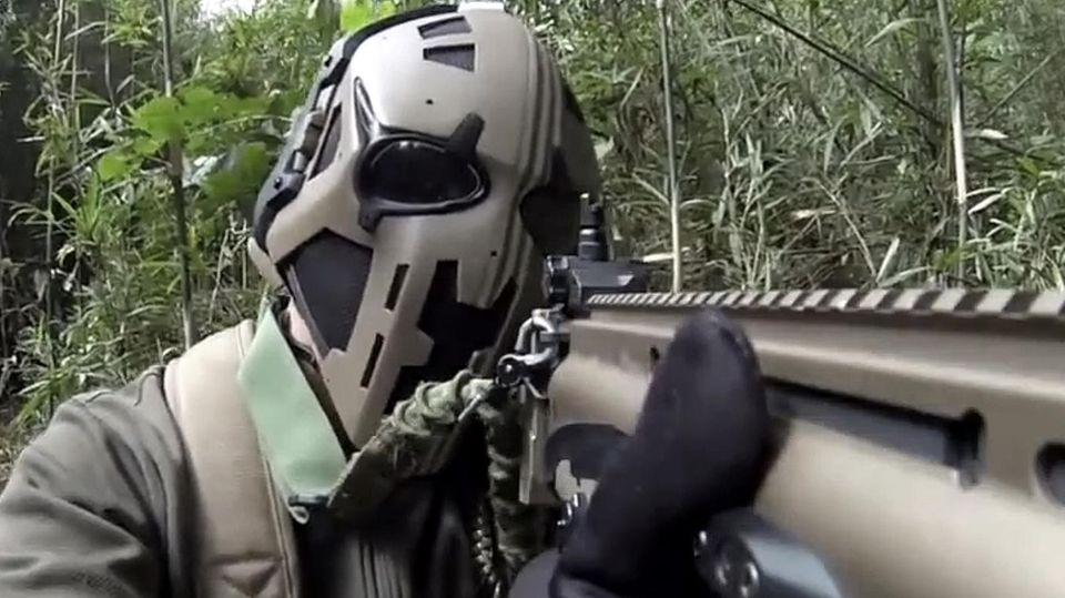 Britische Soldaten mit neuen Helmen