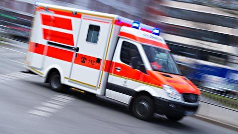 Für einen Einjährigen, der in der Hauseinfahrt seiner Eltern von einem Auto überrollt wurde, kam jede Hilfe zu spät (Symbolbild)