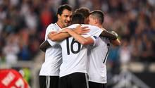 Vier Spieler der DFB-Elf stehen im Kreis und umarmen einander