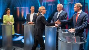 Fünfkampf der kleinen Parteien: Alice Weidel von der AfD begrüßt Christian Lindner von der FDP