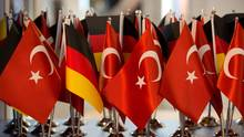 Deutsche und türkische Fähnchen: Inhaftierte Deutsche wieder in Deutschland eingetroffen