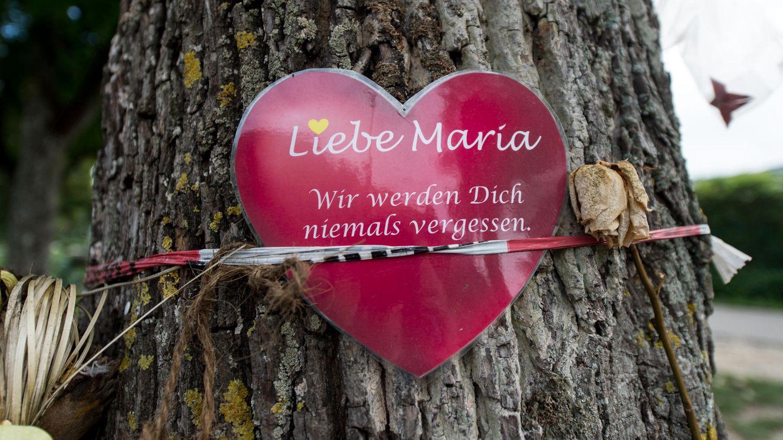 Herz mit Aufschrift Liebe Maria - Gedenkstätte für Vergewaltigungsopfer in Freiburg . Prozess beginnt