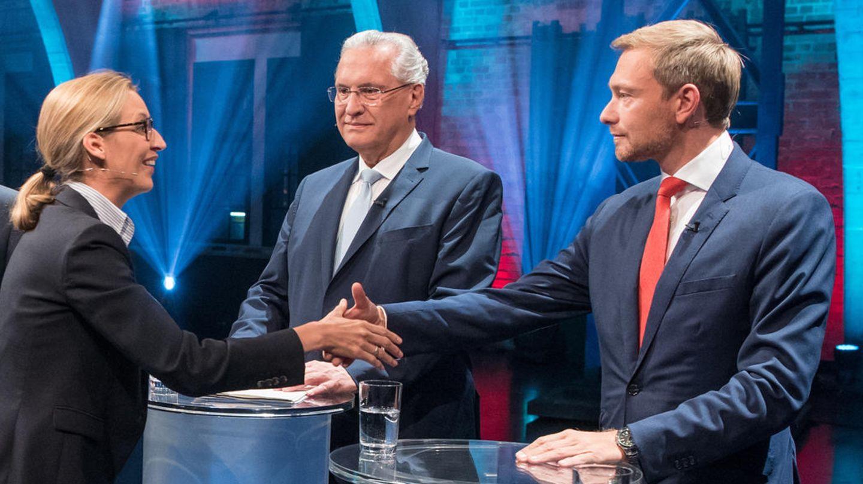 Alice Weidel (AfD) begrüßt Patrick Lindner (FDP)