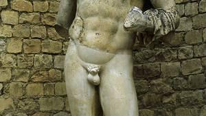 Eine Statue des Römers Hadrian. Sein Penis ist abgetrennt.