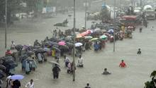 Monsun in Mumbai: Heftige Regenfälle haben Teile der Stadt lahmgelegt, Menschen fliehen vor der Flut