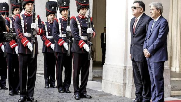 Fajis al-Sarradsch (l.), Premier der libyschen Einheitsregierung, wird vom italienischen Premier Paolo Gentiloni in Rom empfangen. Mit ihm verhandelt Europa über die Flüchtlingsfrage