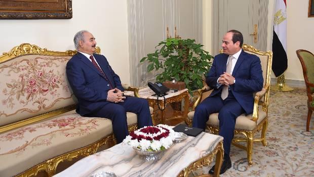 Einen großen Teil des Landes beherrscht General Chalifa Haftar (links). Hier bespricht er sich mit dem ägyptischen Präsidenten al-Sisi