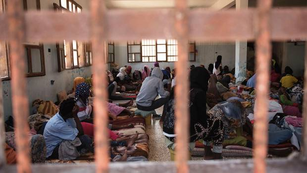 Im Surman-Gefängnis wechseln sich die Insassinnen auf den Matratzen ab. 250 leben hier in einem Raum