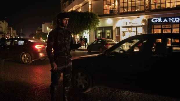 Soldaten überprüfen Autofahrer im Zentrum von Tripolis. Außerhalb der Hauptstadt werden an illegalen Checkpoints oft Menschen entführt