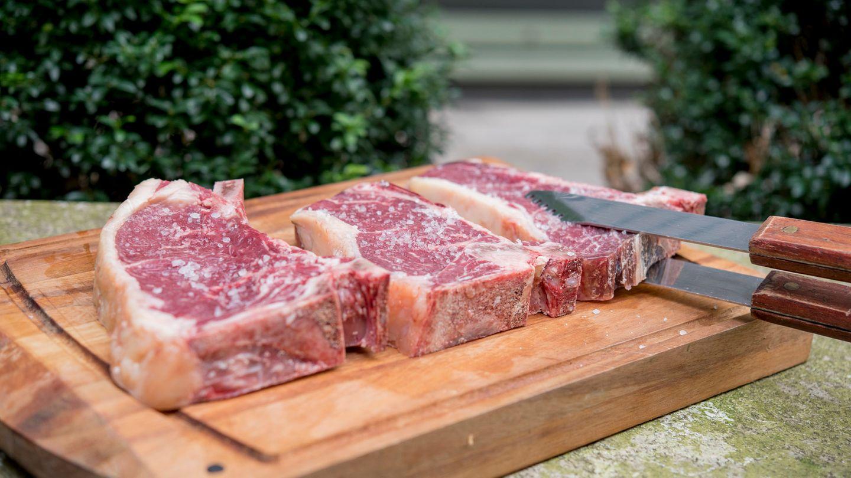 Wir haben uns fünf Dry-Aged-Club-Steaks, aus dem Mittelrücken geschnitten, vom Metzger unseres Vertrauens gekauft. Vor dem Grillen haben wir die Steaks gesalzen.