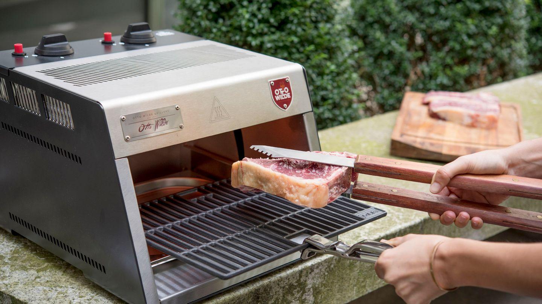 Der Grill muss drei Minuten aufheizen, dann kann das Steak auf den Rost.