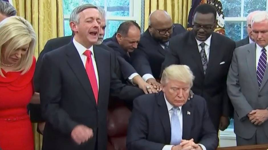 """Spirituelles aus dem Weißen Haus: Donald Trumps """"unheimliches"""" Gebet im Oval Office"""