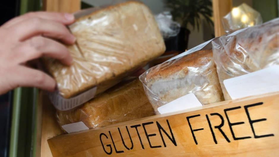Wer an Zöliakie erkrankt ist, muss peinlich genau darauf achten, dass kein Lebensmittel mit Gluten kontaminiert ist. Was das für einen Betroffenen heißt, können Sie hier lesen. Für alle anderen aber gilt: Glutenfreies Brot ist nicht gesünder und normales Brot wird keinen negativen Effekt auf den Körper haben.