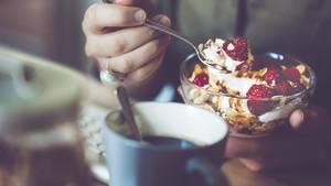 Viele Gesundheits- und Foodblogger propagieren Granola gewissermaßen als gesundes Frühstück. Das stimmt unter Umständen für ein selbst hergestelltes Knuspermüsli. Schließlich weiß man nur dann, welche Zutaten und wie viel Zucker darin stecken. Für Granola aus dem Supermarkt gilt: besser meiden. Die meisten Fertigmischungen enthalten zu viel Zucker.
