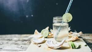 Kokoswasser ist eine gute Quelle für Kalium und andere Mineralstoffe, trotzdem ist das Wasser der Kokosfrucht nicht besser als ein Glas Wasser oder ein Stück frisches Obst.