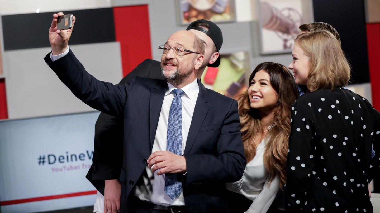 Zum Abschluss och ein Selfie: Martin Schulz nach dem Interview mit Nihan Sen (m.) und Lisa Sophie (r.)