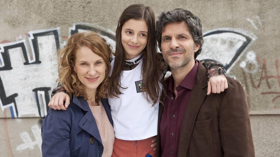"""Die Schauspieler Chiara Schoras (l.), Mia Kasalo (M.) und Pasquale Aleardi beim Drehstart der neuen ZDF-Serie """"Das Pubertier"""""""