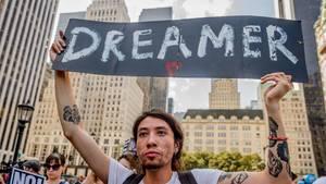 """Ein junger Mann protestiert in New Yorki gegen Donald Trump und sein Stopp des """"Dreamer-Programms"""""""