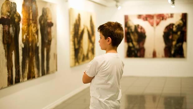 Ein Kind in einem Museum