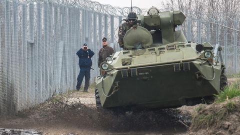 Ein ungarischer Panzerwagen patrouilliert an der Grenze zu Serbien