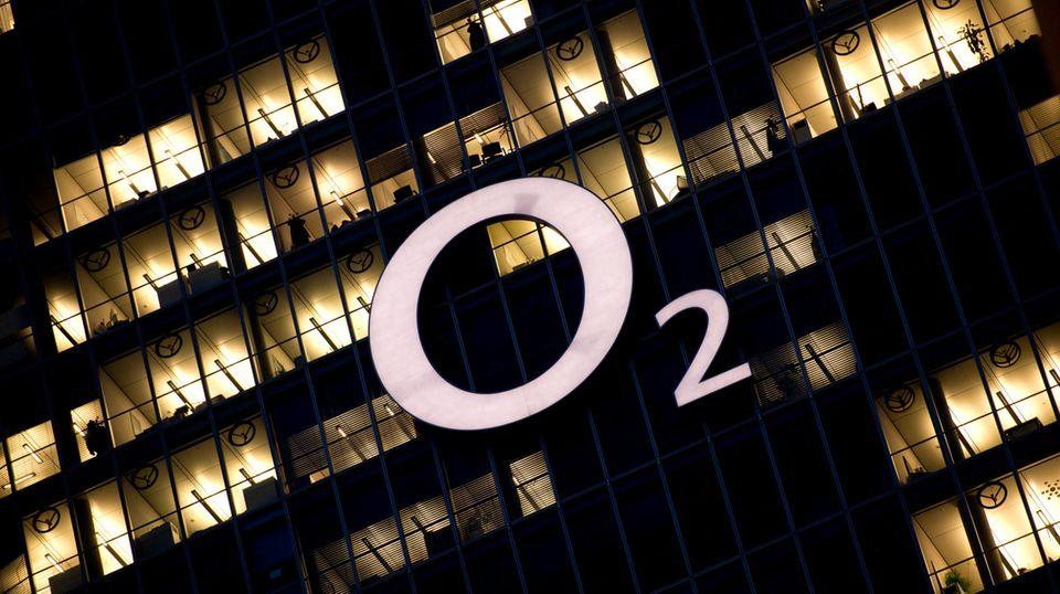 Das O2 Logo an einem Hochhaus