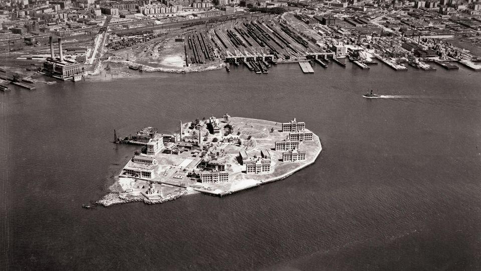 Blick zurück aus der Vogelperspektive: 1931 war in North Brother Island alles noch übersichtlich und die Krankenanstalt voll funktionsfähig. Im Hintergrund sind die Ausläufer der Bronx zu sehen.