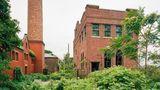 Mitten im Grünen gelegen: das ehemalige Leichenschauhaus des Krankenhauses.
