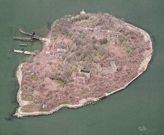 North Brother Island aus der Luft: Seit den frühen 1960er Jahren ist die Insel verlassen. Einst behandelten Ärzte in den heute verfallenen Gebäuden des Riverside Hospitals Hunderte von Patienten, die an Seuchen erkrankt waren.