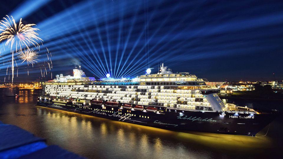 """Die saubersten Schiffe laut Nabu-Ranking: Die vier Neubauten von Tui Cruises. Im Bild die """"Mein Schiff 6"""" bei der Taufe am 1. Juni 2017 in Hamburg."""