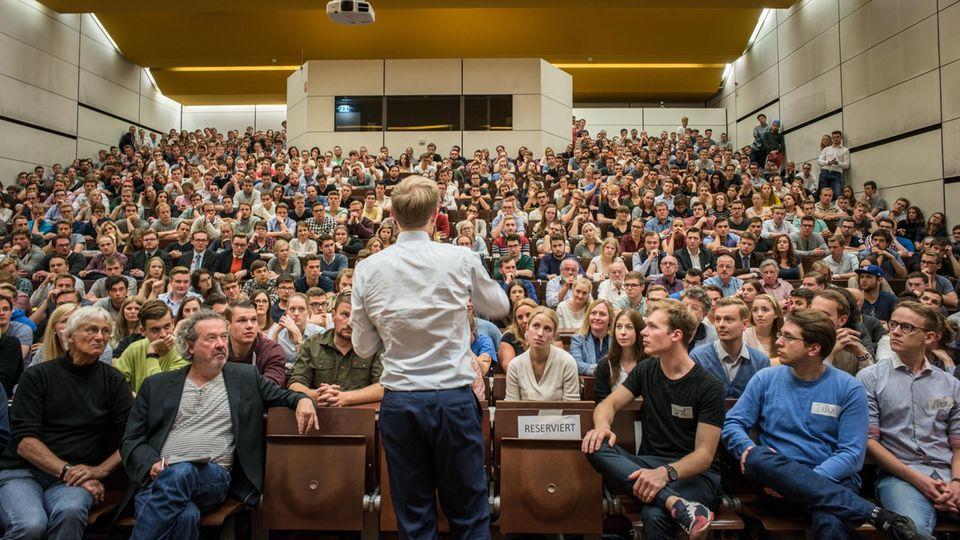 Alle Augen auf ihn: Wer sich Lindner als Redner einlädt, kann dieser Tage ziemlich sicher sein, dass die Hütte voll wird – wie hier in Göttingen