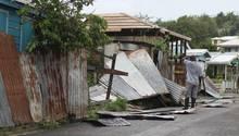 """Ein Mann betrachtet in Barbuda Schäden auf seinem Grundstück, nachdem Hurrikan """"Irma"""" über die Stadt gezogen war"""