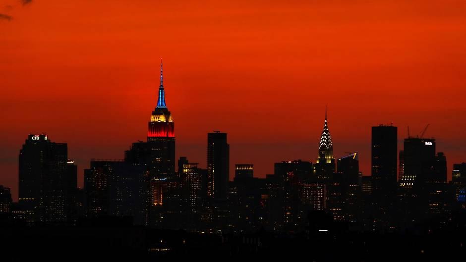 Die Sky-Line von New York besticht durch einen rot-leuchtenden Himmel