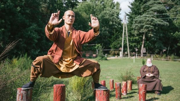 """Shi Heng Yi, 34, Meister im Shaolin Temple Europe, Otterberg """"Shaolin ist über 1500 Jahre alt und gilt als Geburtsstätte des Zen-Buddhismus. Eine Methode, achtsam im Hier und Jetzt zu leben, ist die Meditation. So kann man lernen, den eigenen Gefühlszustand zu regulieren – wie eine Art innere Klimaanlage für das seelische Wohlbefinden. Dabei gibt es nicht die eine, richtige Art zu meditieren, tatsächlich hat Buddha über tausend Methoden gelehrt. Wir praktizieren hier im Kloster sitzende, stehende, liegende, geführte und stille Meditationen. Kung-Fu ist eine Form der bewegten Meditation. Durch den repetitiven Ablauf der Bewegung fokussiere ich mich auf den Augenblick, ich gerate in einen Flow. Das Ziel ist jedoch, auch in den übrigen Stunden des Tages in einem meditativen Zustand zu bleiben. Um – egal, was wir tun – den Fluss des Lebens so anzunehmen, wie er kommt, ohne darüber zu grübeln."""""""