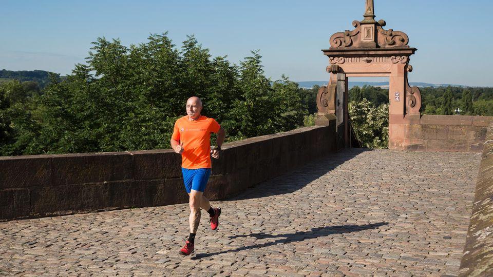 """Jörg Oberle, 46, Extremsportler und Lauftrainer, Aschaffenburg """"Vor zwei Jahren habe ich bei der Vorbereitung auf den Zugspitz-Marathon aus einer Gehmeditation eine Laufmeditation für mich entwickelt. Das war gar nicht so einfach. Denn beim Laufen gingen mir alle möglichen Dinge durch den Kopf. Nun konzentriere ich mich auf das Wesentliche: Ich nehme den Boden wahr, meinen Körper, wie ich die Ferse hebe, den Fuß setze. Körper und Geist verschmelzen. Ich spüre noch Schmerzen, aber ich nehme sie an. So kann ich zwar nicht schneller, aber länger laufen. Und ich fühle mich freier. Beim Zugspitz-Marathon habe ich im Ziel geweint, nicht so sehr aus Erschöpfung, sondern weil das Gefühl so schön war."""""""