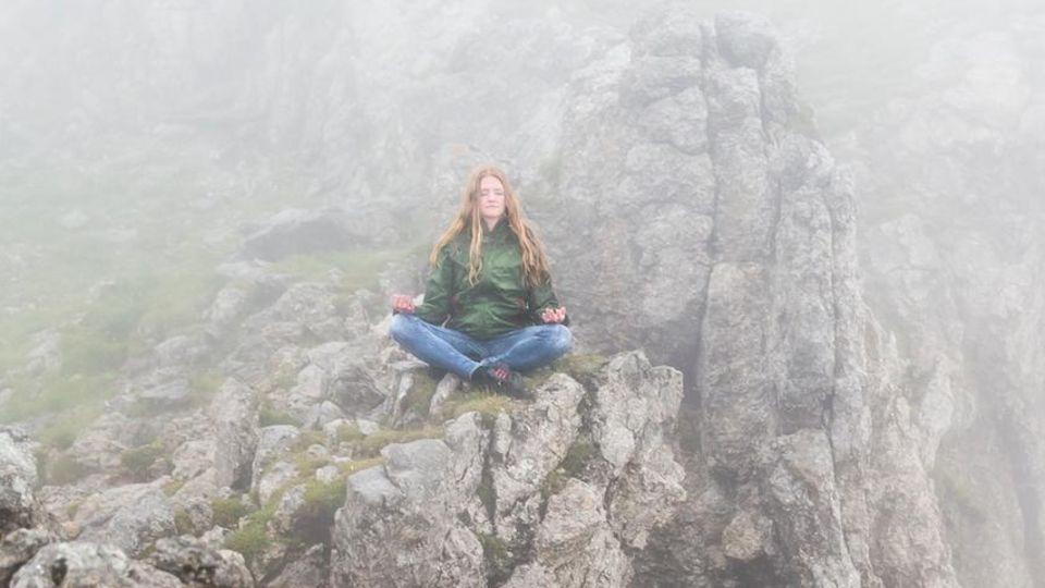 """Madlen Petzsche, 28, Coach und Trainerin, München """"Ich meditiere beinahe täglich. Wann immer es möglich ist, suche ich mir dazu einen stillen, friedlichen Ort in der Natur, wie etwa die Karwendelspitze. Draußen fällt es mir leichter. Die Natur ist für mich ein Sinnbild für das, was ich mit der Meditation erreichen möchte: einfach zu sein. Wie ein Baum, der, gut geerdet mit seinen tiefen Wurzeln, das Leben nimmt, wie es kommt. Meditieren bietet mir die Möglichkeit, mich zu sammeln und gleichzeitig Abstand zu gewinnen. Das lässt mich selbstbestimmter mein Leben gestalten."""""""